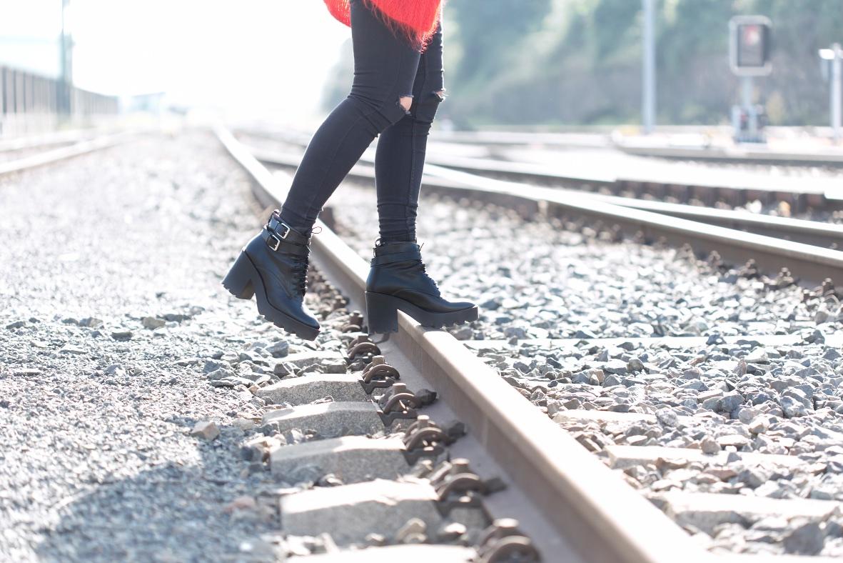 vías-tren-coruña-botas-zara-descalzaporelparque