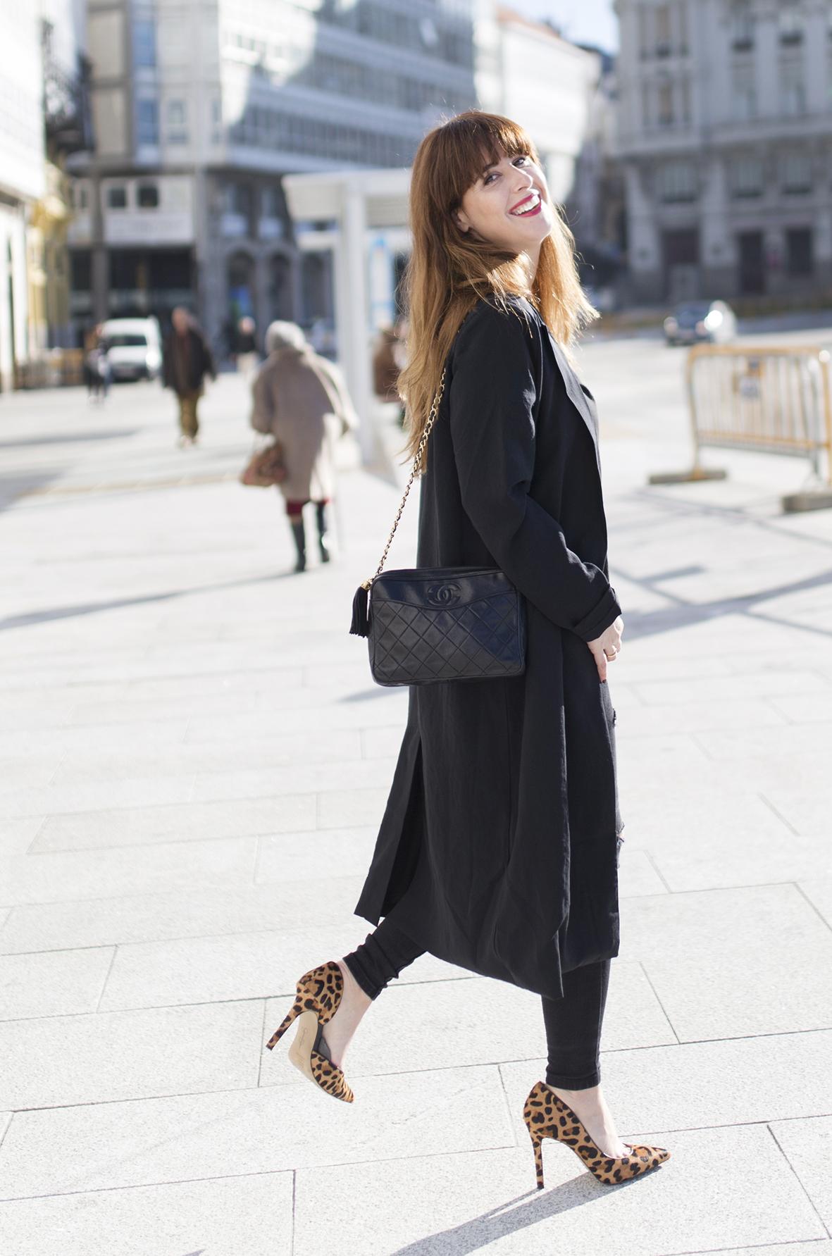 streetstyle- Coruña-Black look- blogger-Black-chanel bag-Vintage Chanel-leopard heels