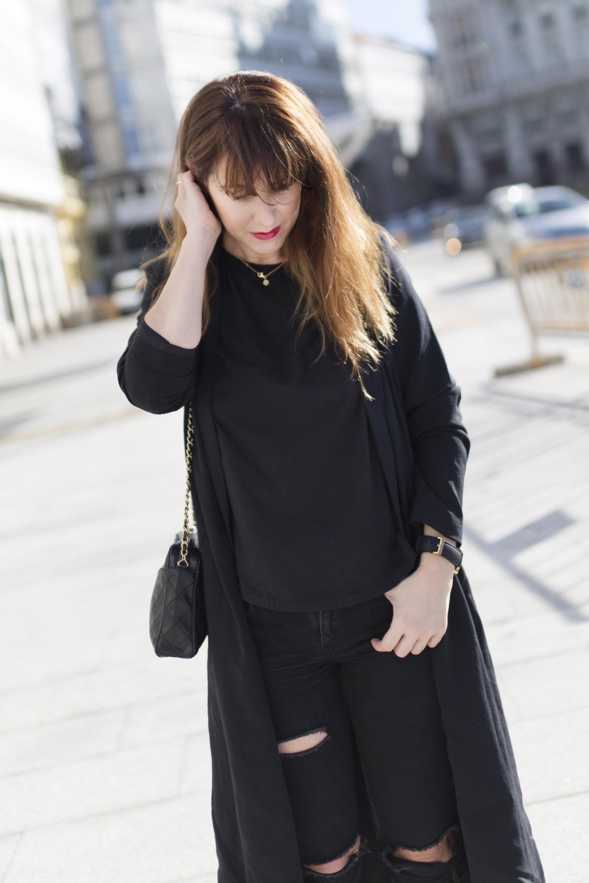 streetstyle- Coruña- blogger-Black-chanel bag-Vintage Chanel-Black look-American Vintage
