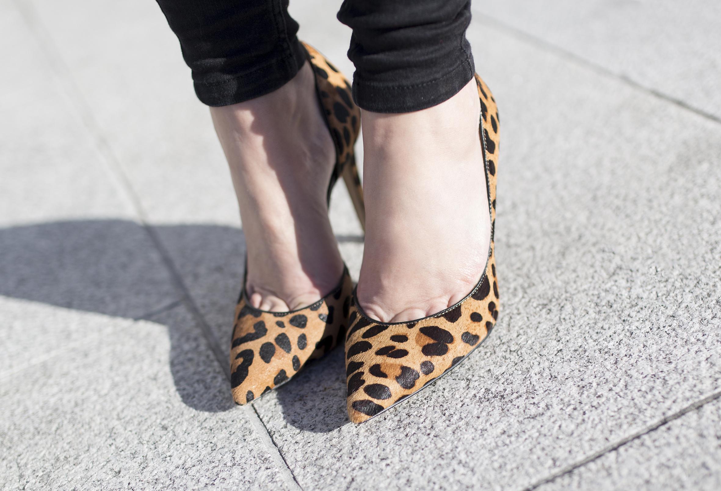 streetstyle- shooes-descalzaporelparque- blogger-leopard-heels-moda-calle-Coruña-black look