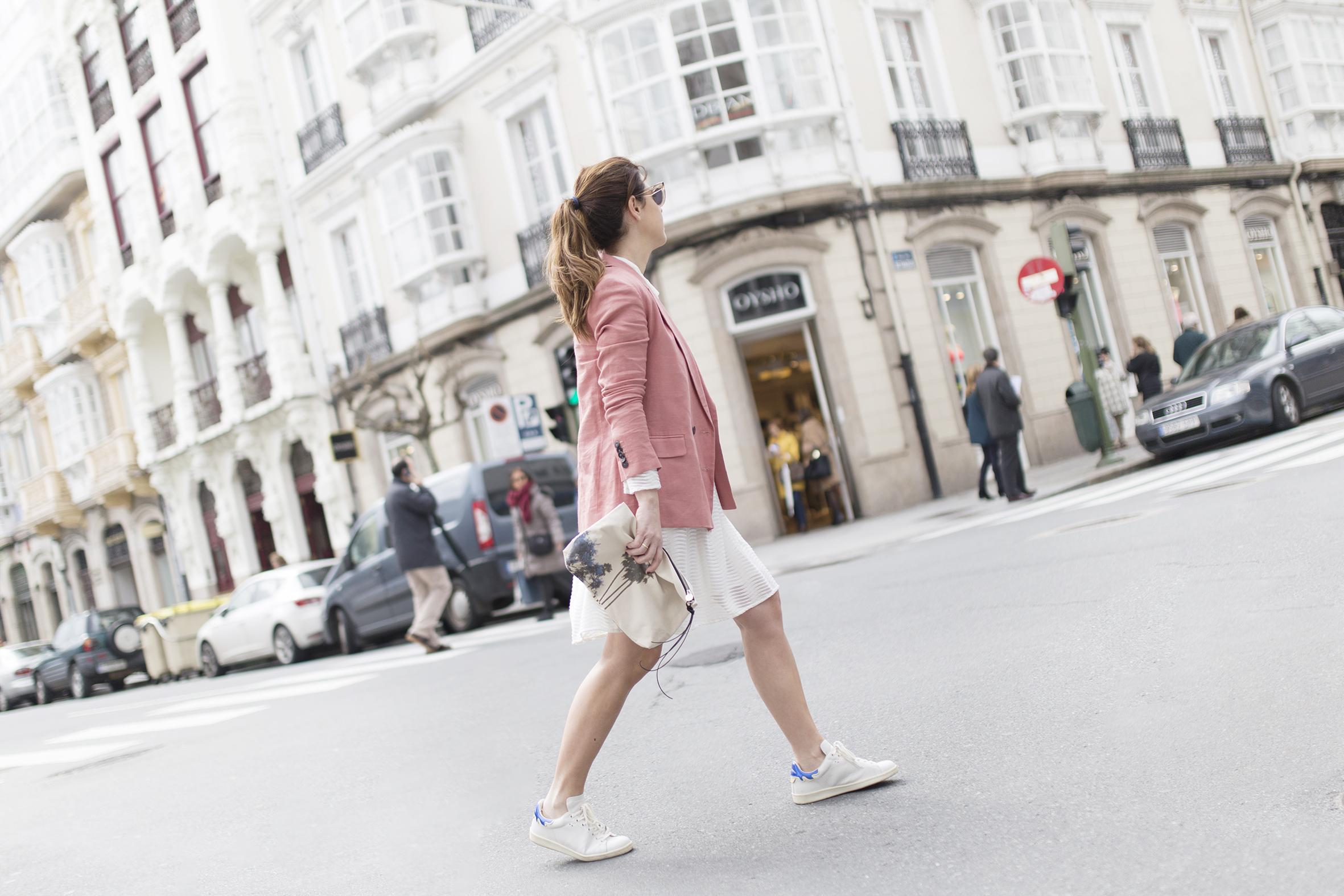moda-calle-Coruña-Mango blazer -cèline sunglasses-fashion-Voglia-streetstye-descalzaporelparque-Silver Lake Zubi-Isabel Marant sneakers