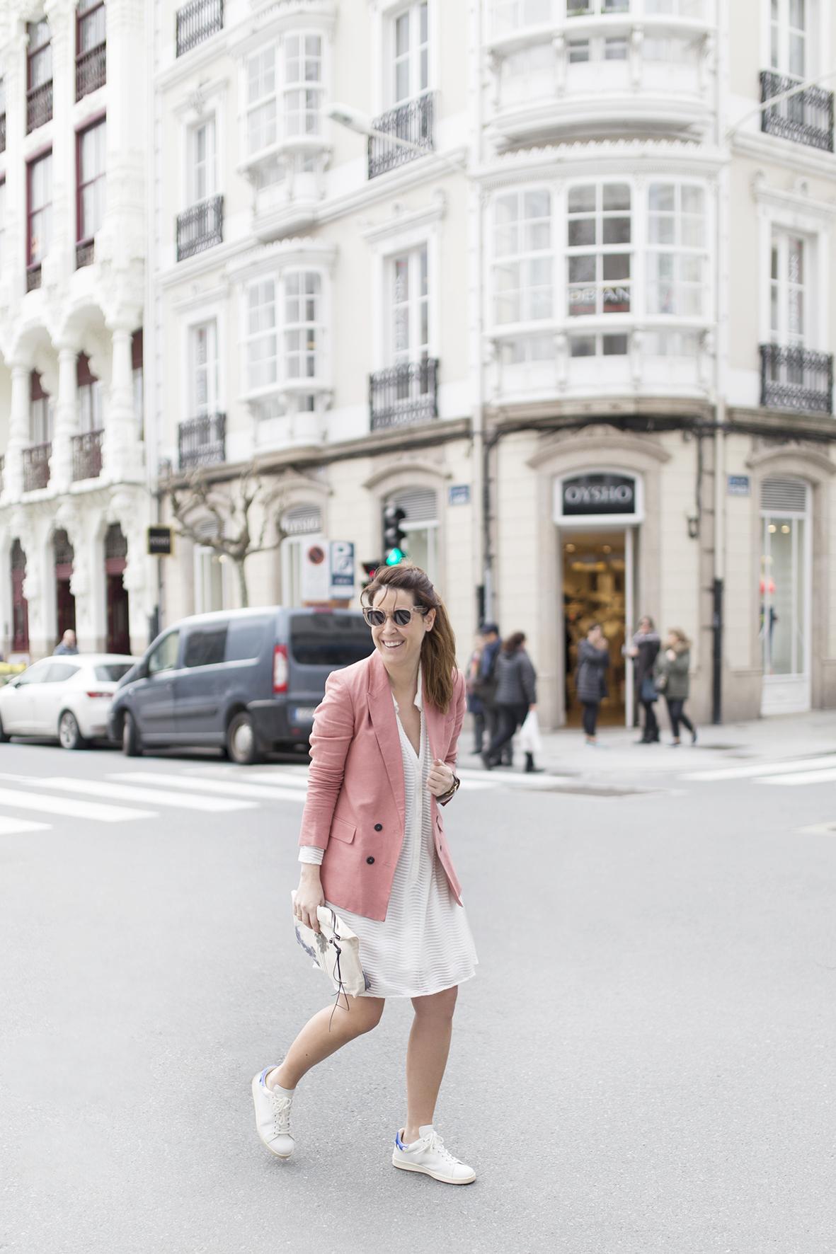 SILVER LAKE zubi -moda-calle-Coruña-Mango blazer -cèline sunglasses-fashion-Voglia-streetstye-descalzaporelparque-Isabel Marant sneakers