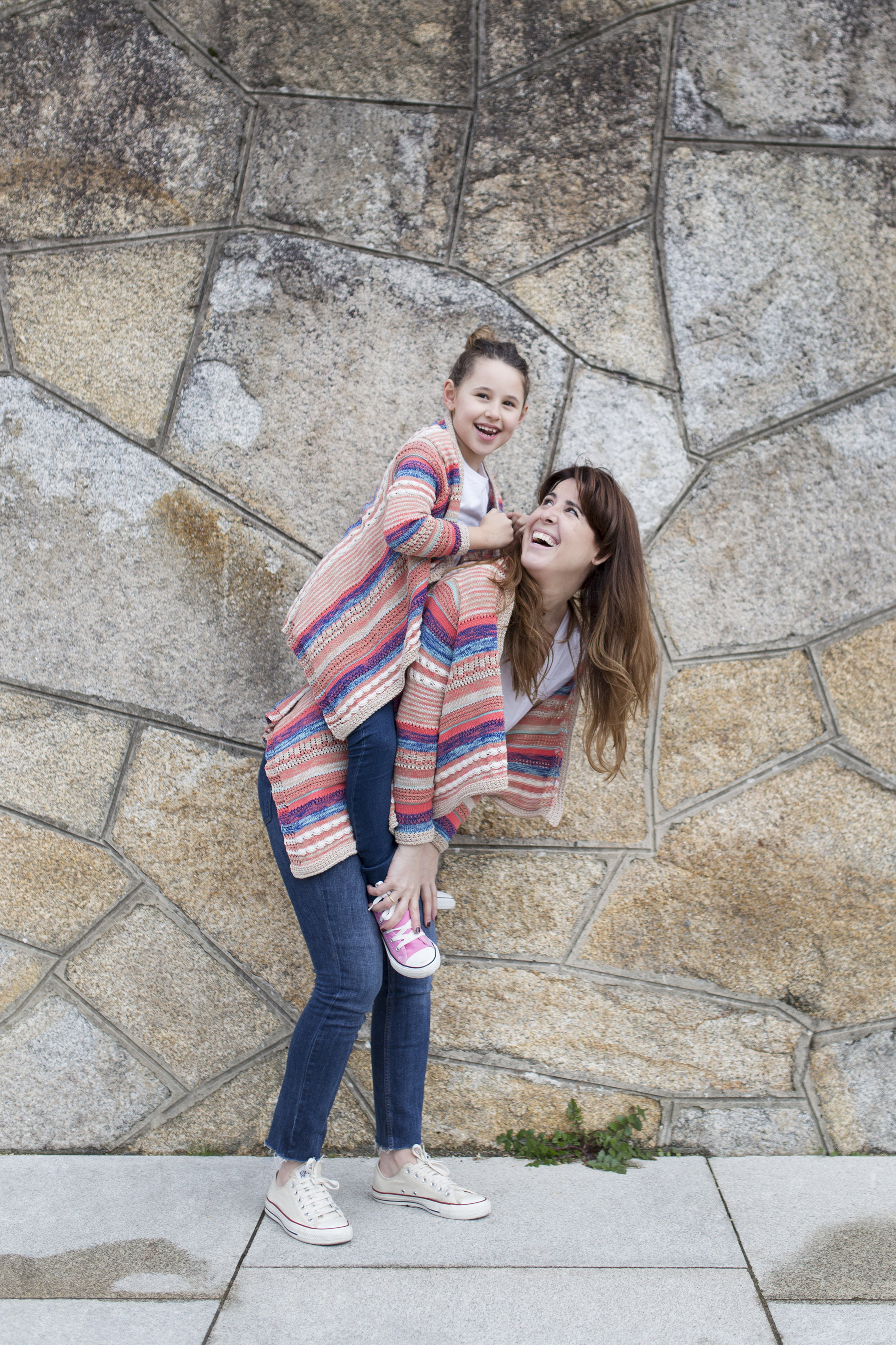 madre e hija-zara kids-Viajar en familia-descalzaporelparque-coruña-lifestyle- kids- converse-daughter