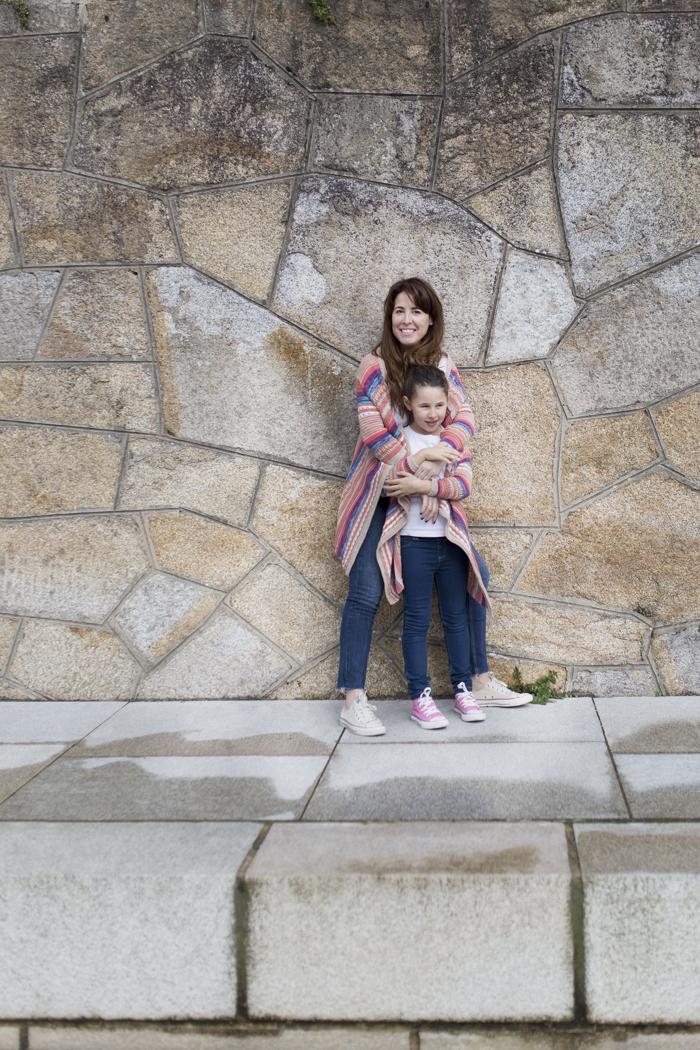 MOTHER DAUGTHER-descalzaporelparque-coruña-lifestyle- kids- converse-daughter-zara kids-Viajar en familia