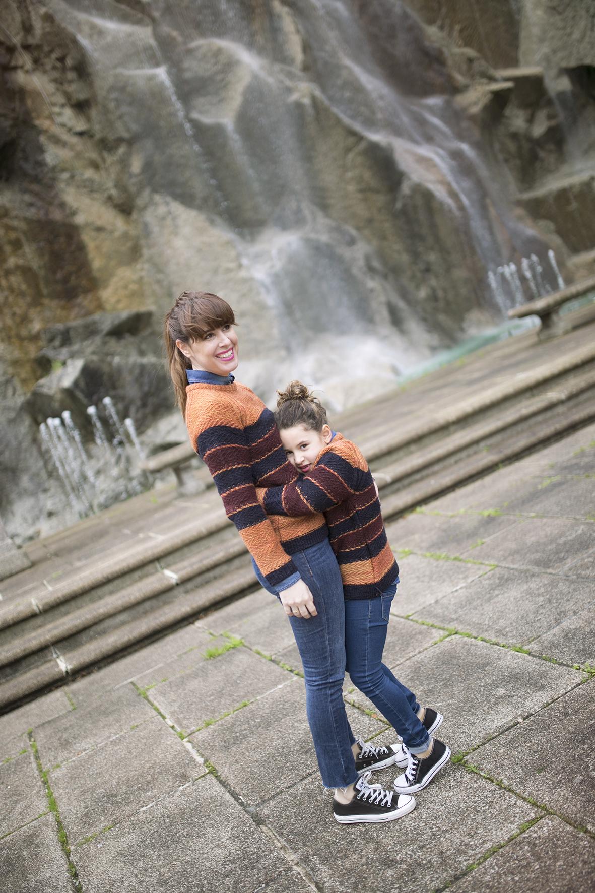 mom and daughter : converse-56169-descalzaporelparque