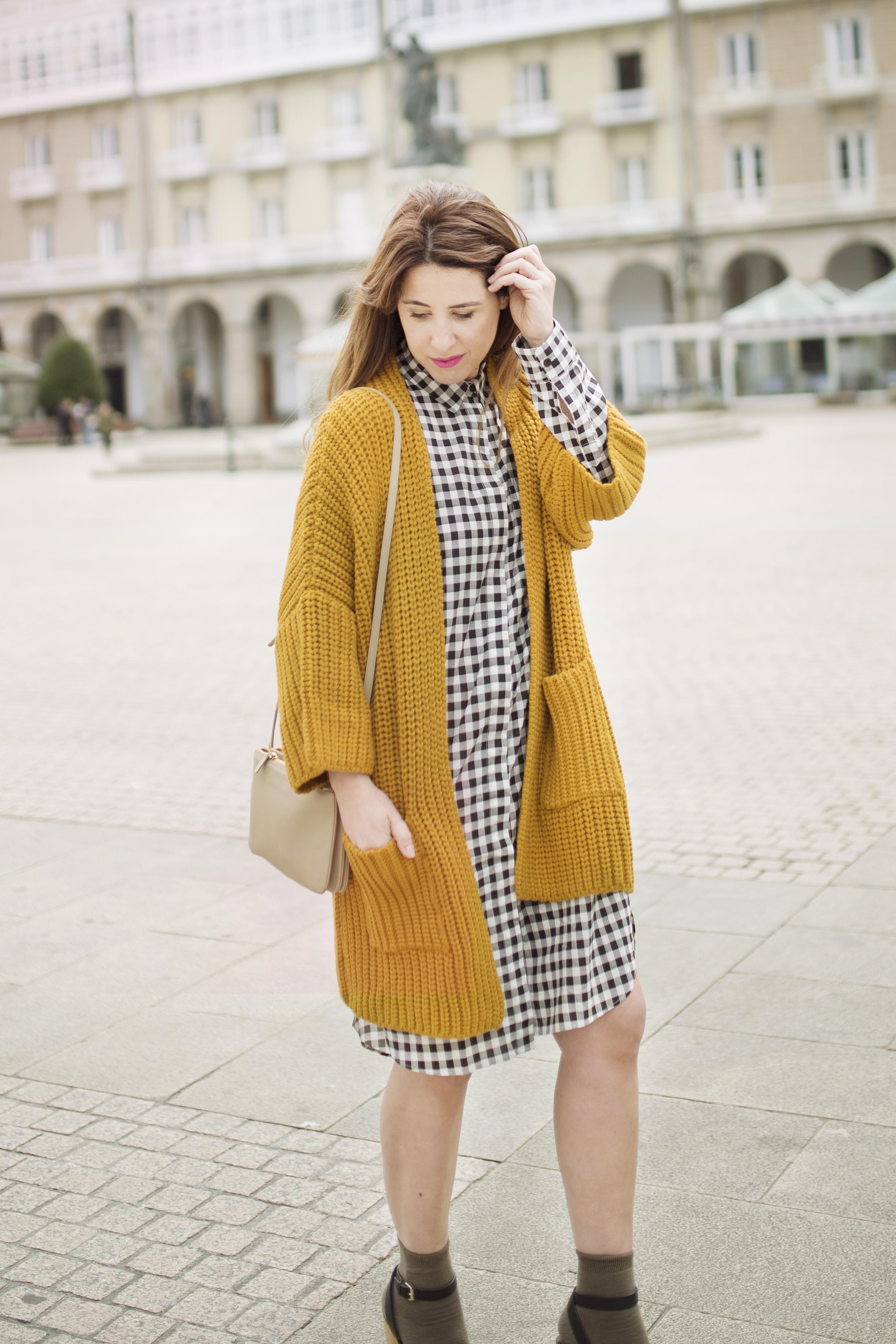 coruña- streetstyle- blogger -descalzaporelparque-dress shirt- cuadros- mostaza-Mango- vestido camisero- cuadros- lifestyle