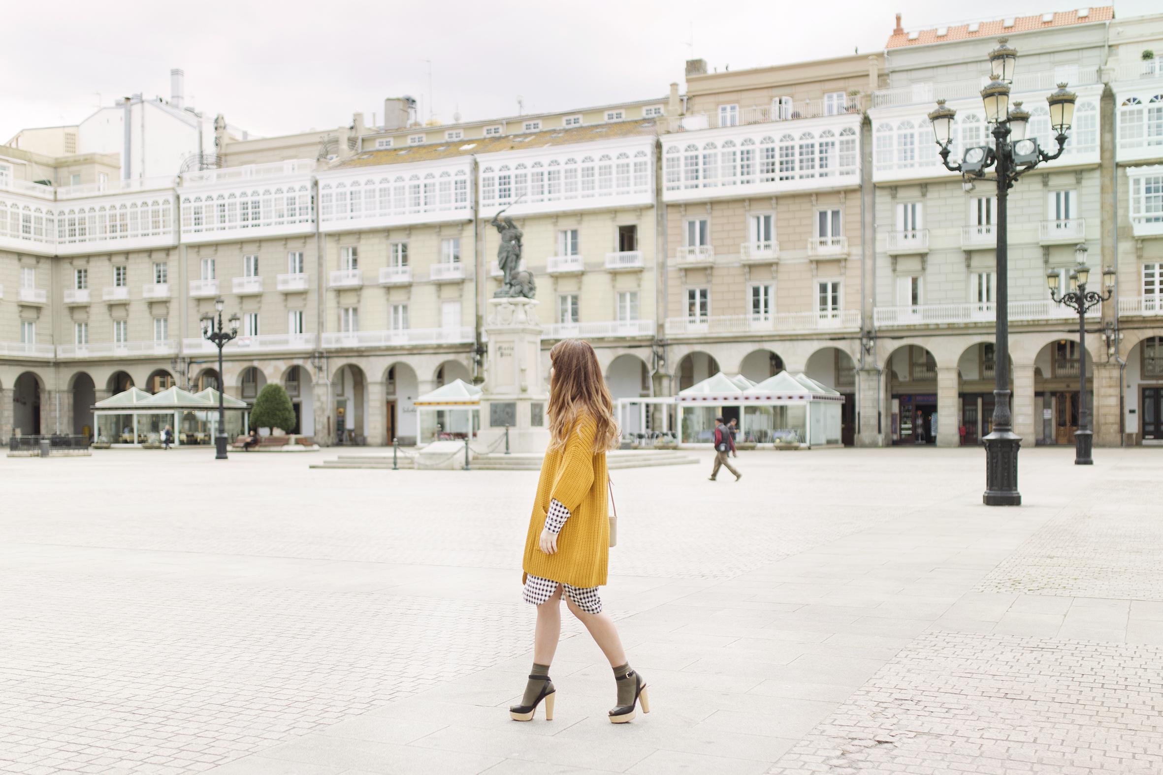 fashion-coruña- streetstyle- blogger -descalzaporelparque-dress shirt- cuadros- mostaza-Mango- vestido camisero- cuadros- lifestyle