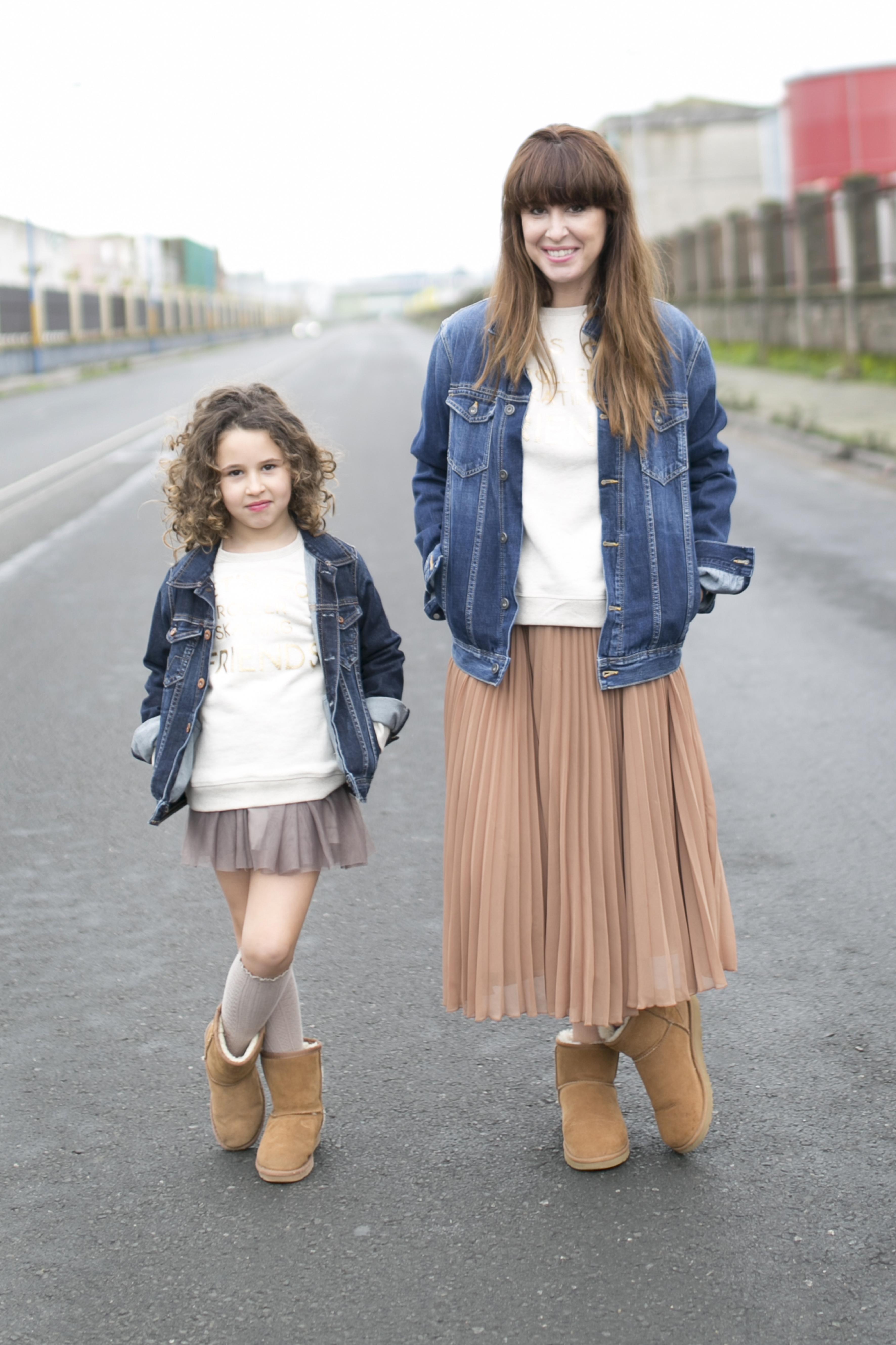 Ugg- coruña- street style- descalzaporelparque-Ugg look-denim-pepejeans-minime-calle-moda-fashion-madre e hija-zara- zarakids-
