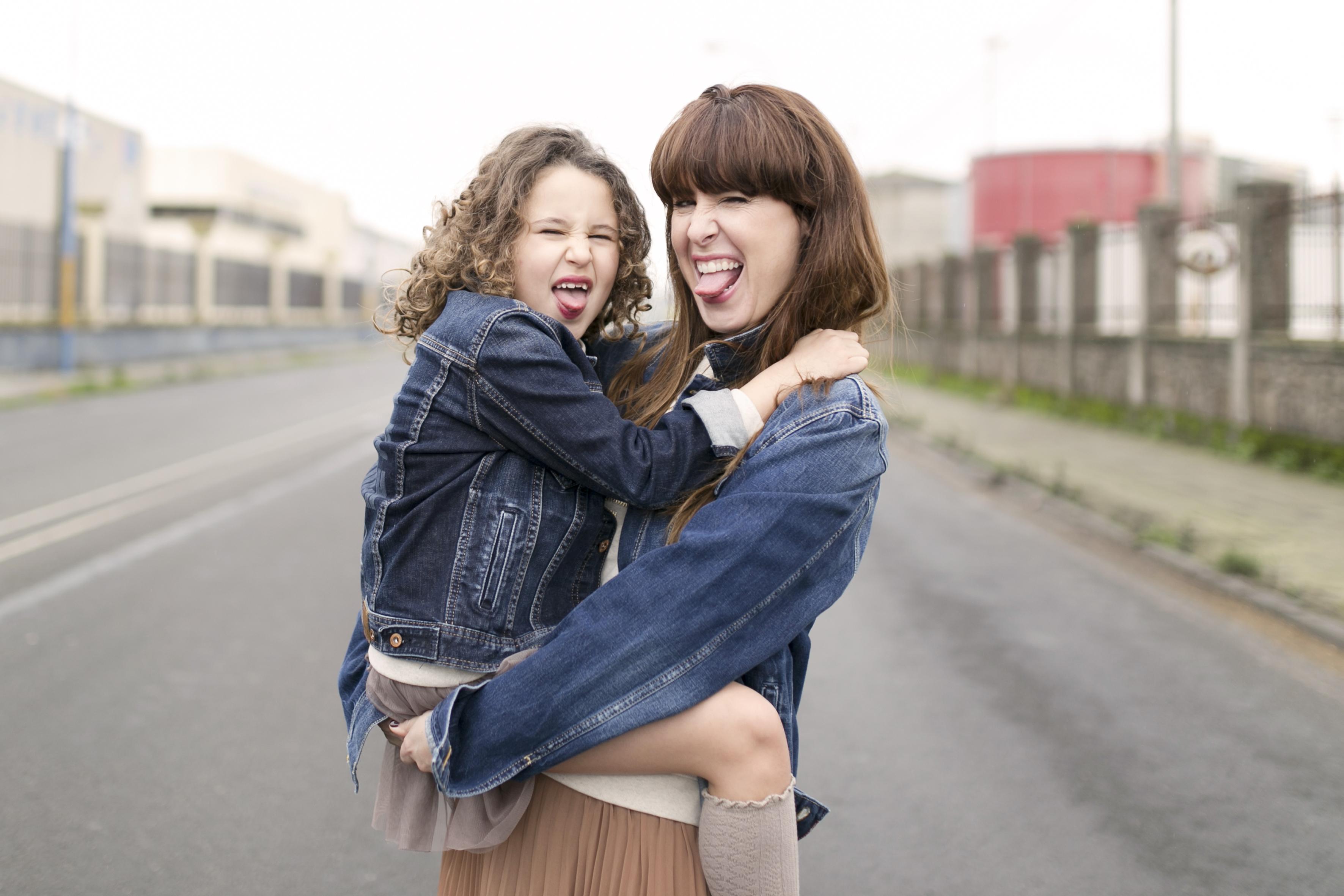 Coruña-family-smile-madre e hija-streetstyle- descalzaporelparque-denim-pepejeans-denim jacket-minime-blogger-madre e hija-zara- zarakids-