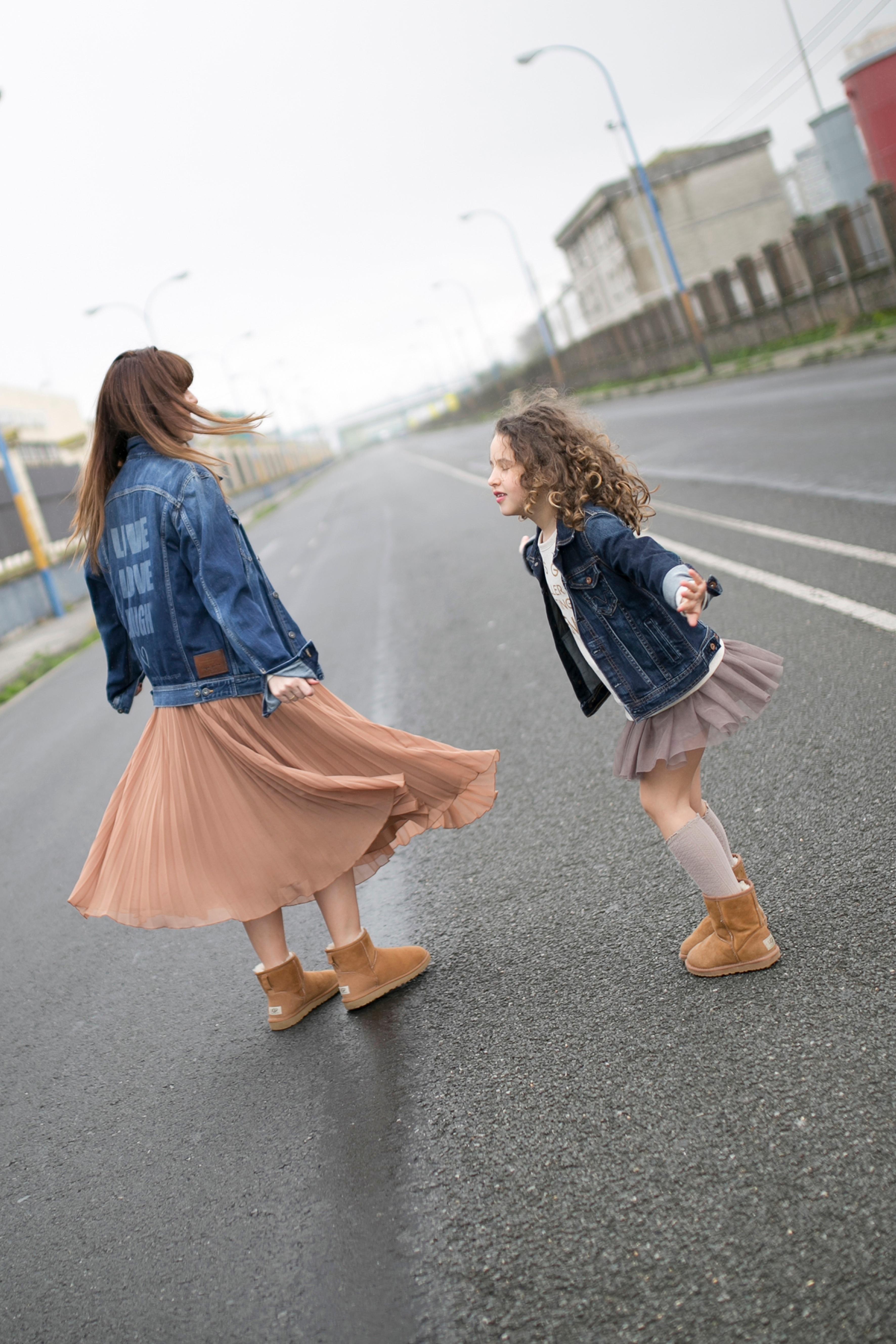 calle-estilo-mother and daughter- pepe jeans- Ugg- zara- zarakids-Ugg look-denim-madre e hija-fashion