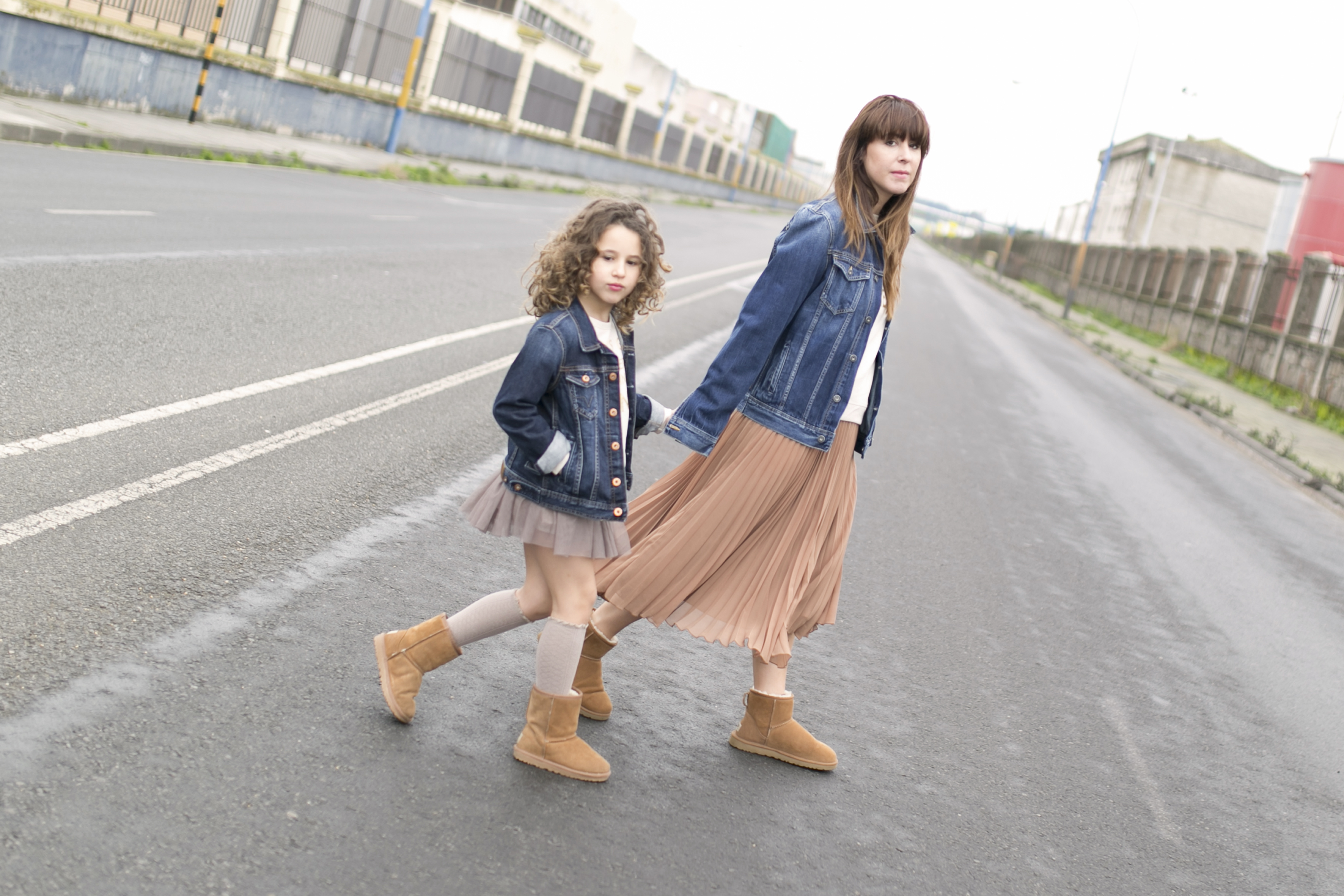 Ugg- coruña-calle-estylo-madre e hija-zara- zarakids- street style- descalzaporelparque-Ugg look-denim-pepejeans-minime
