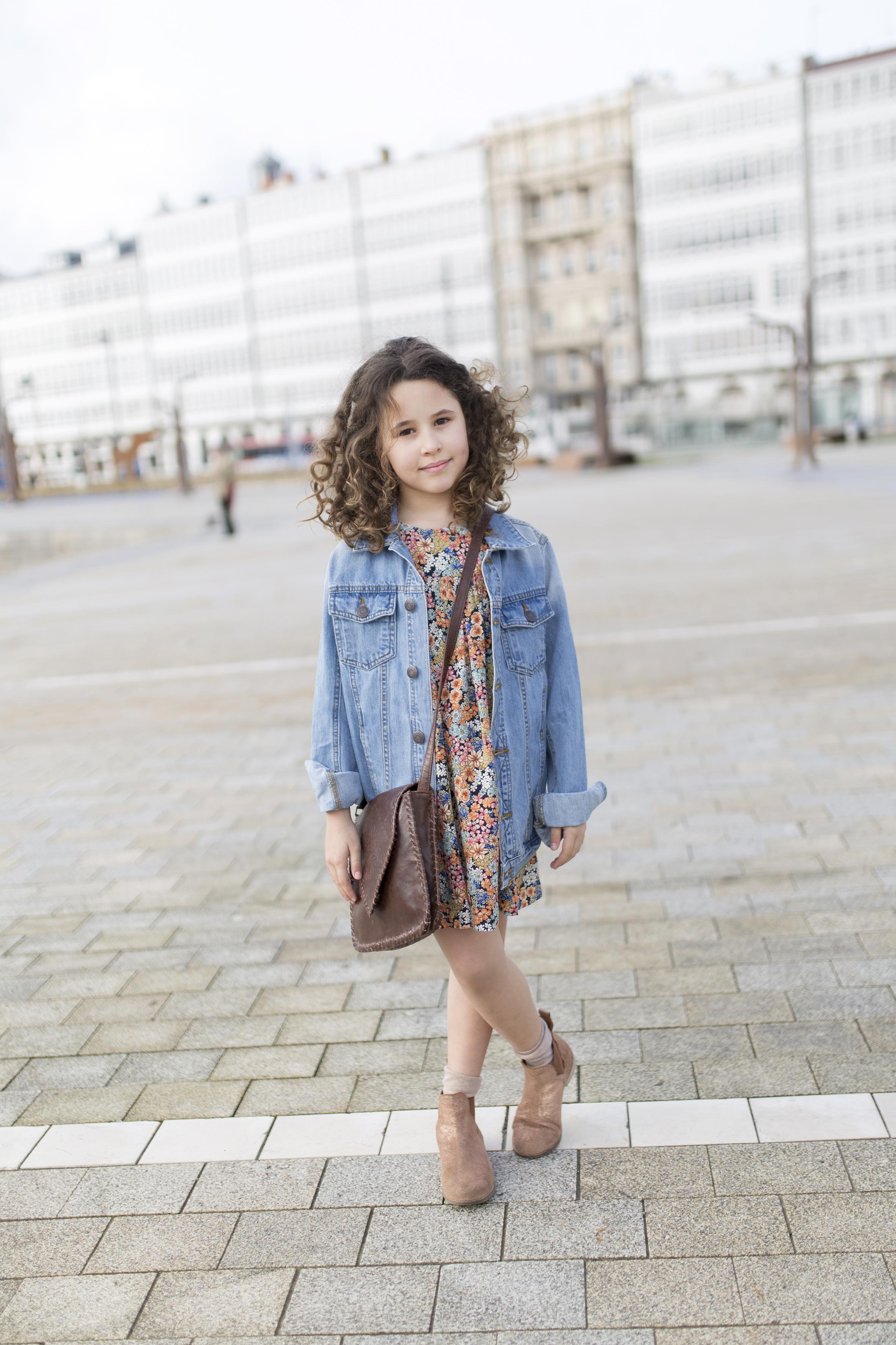urban outfitters bag-vintage-denim jacket-My partner-fashion-moda-street style-descalzaporelparque-blogger-coruña-niños-jimena-zara kids
