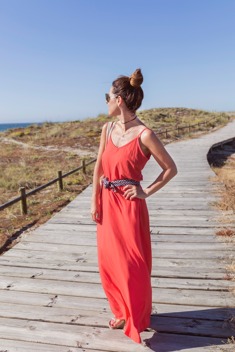 vestido rojo-lifestyle-blogger-fashion-barrañán -coruña - descalzaporelparque bolsa tela - pull and bear - rayban -rojo -summer - zara--surf-playa-alba cuesta
