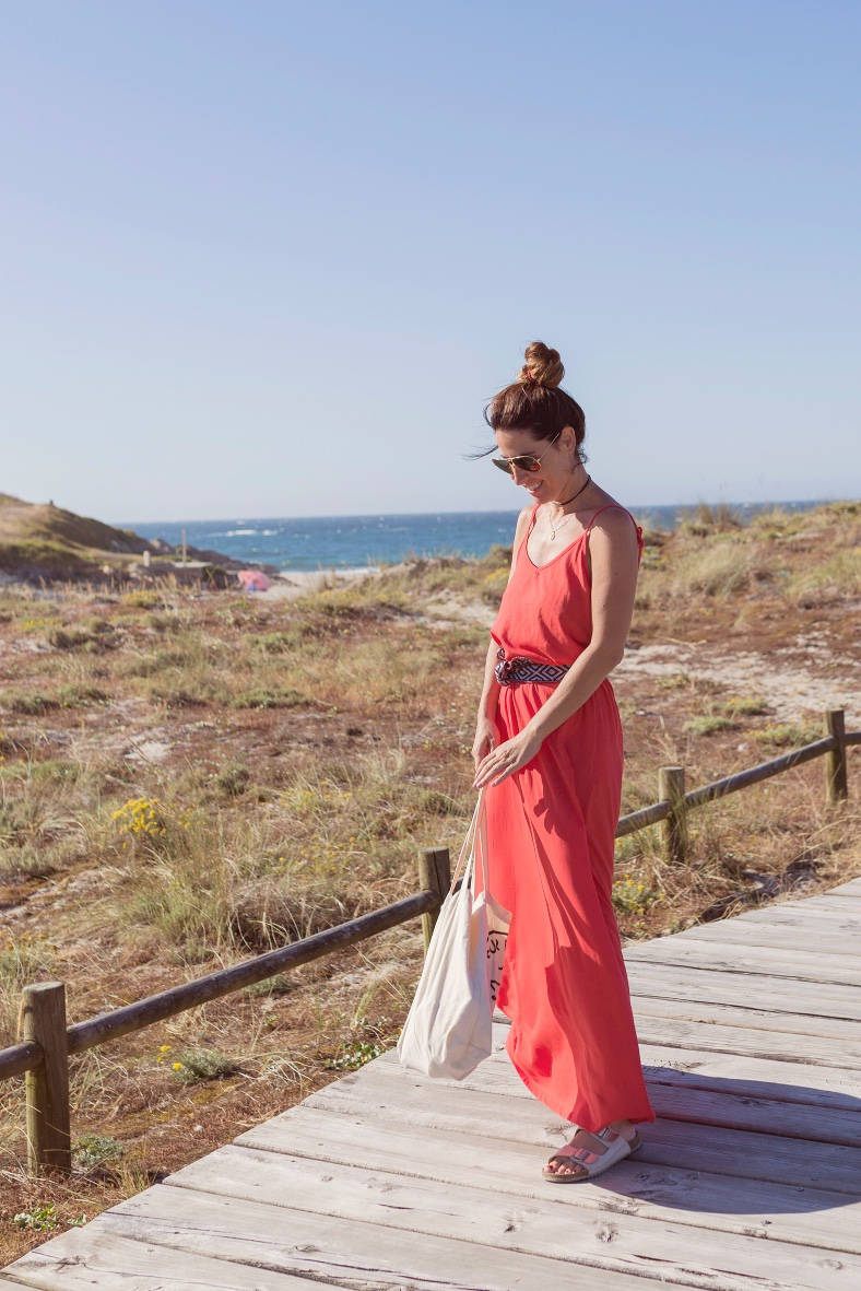 pull and bear - rayban -rojo -summer-vestido zara-playa-alba cuestavestido rojo-lifestyle-blogger-fashion-barrañán -coruña - descalzaporelparque -bolsa tela