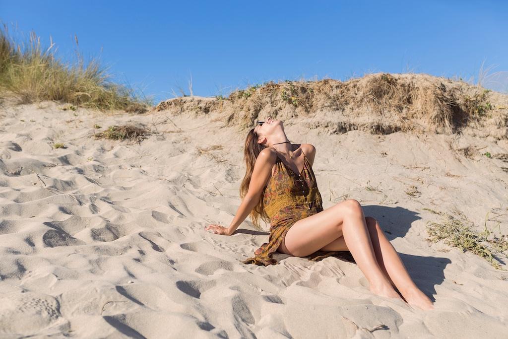 summer-beach-fashionblogger-girl- coruña- fashion- blogger- rayban-Ardentia-zara-dress-sales- la playa- descalzaporelparque- alba cuesta