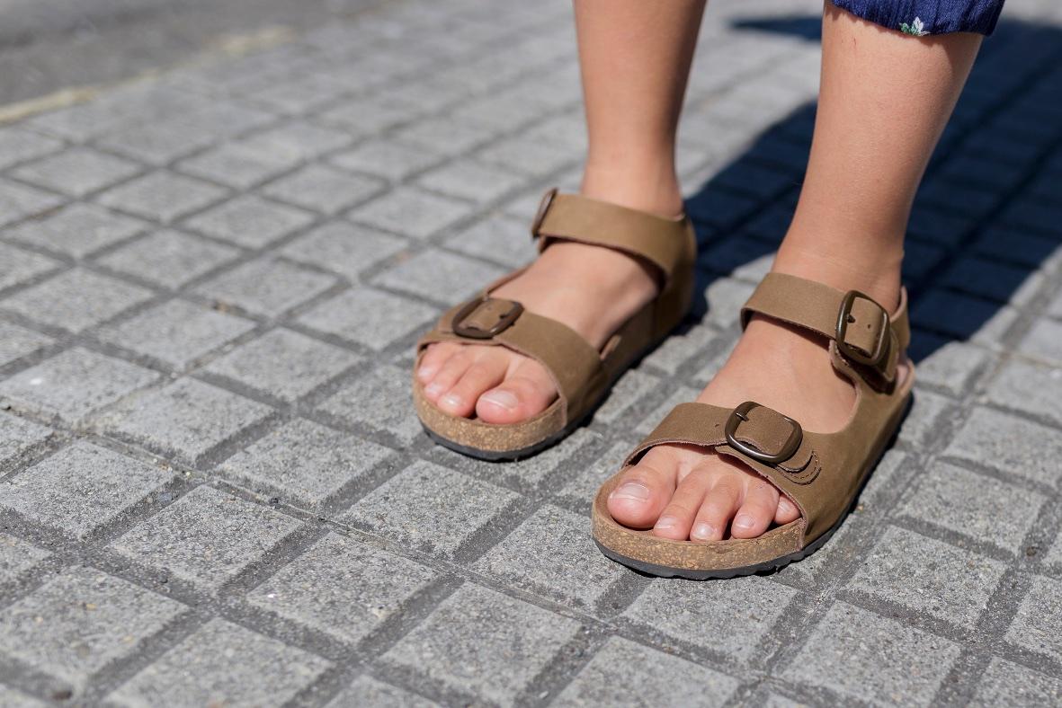 zippy sandals-miniblogger-descalzaporelparque -coruña -jimena - jimena look- jumpsuit -kids -miniblogger - moda infantil -mono -niños - streestyle- style -zara-zara kids