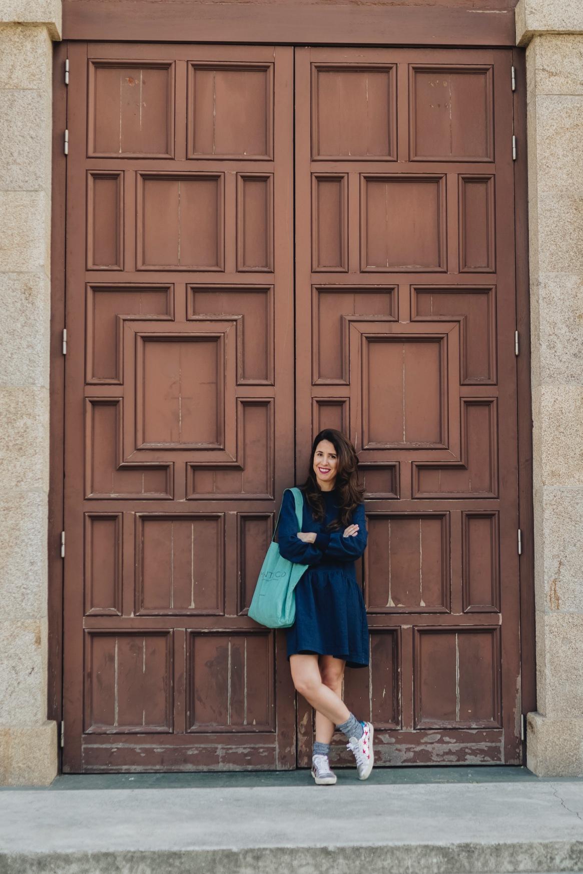 moda-vestido vaquero-zara-fashion-blogger-coruña-descalzaporelparque-Saint Laurent-sneakers