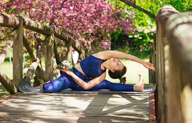 deportes al aire libre mujer estirando yoga