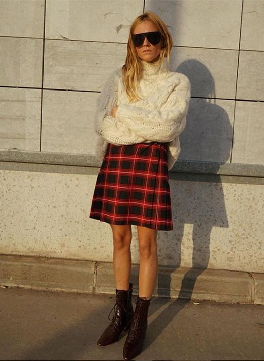 Blanca Miró con falda de cuadros