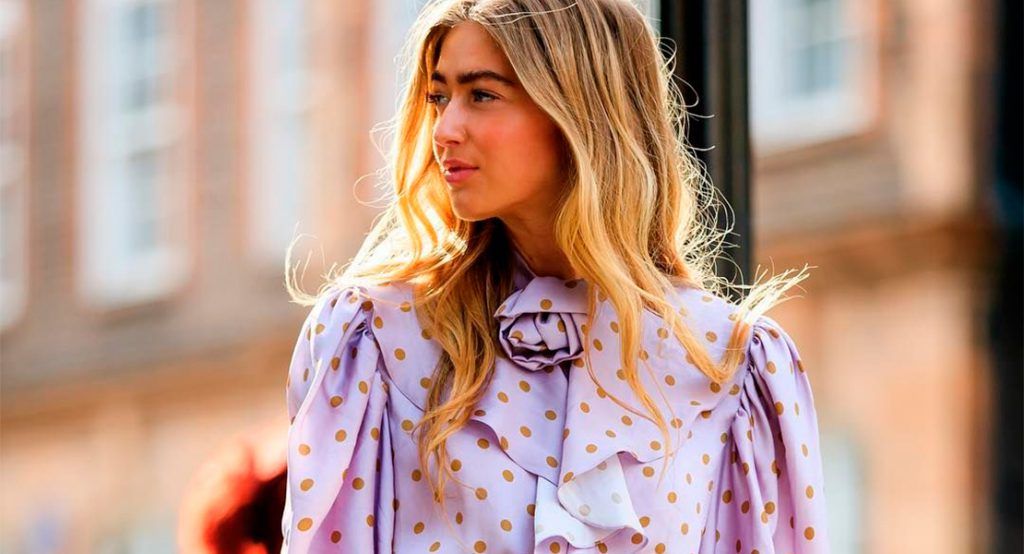 Emili Sindlev con camisa color lila