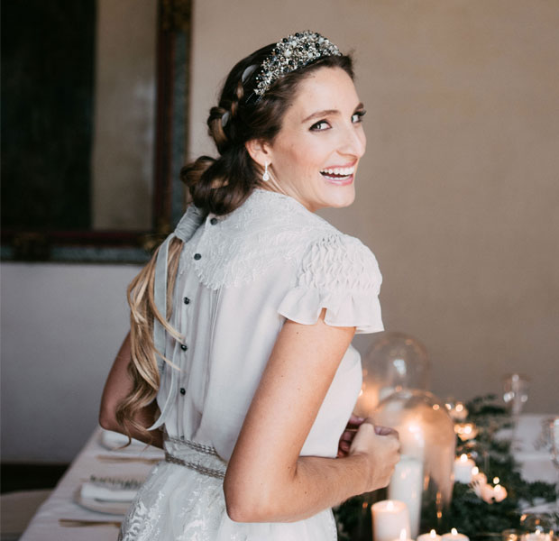 Miss Cavallier de novia con pendientes brillantes