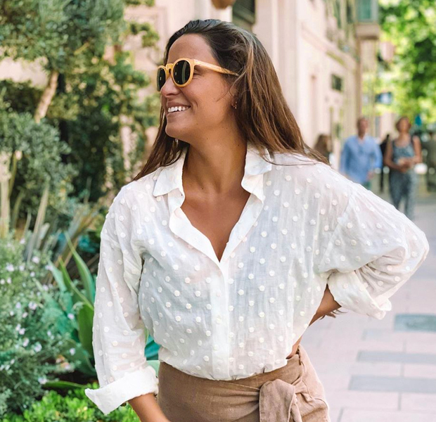 Marta Pombo con gafas amarillas
