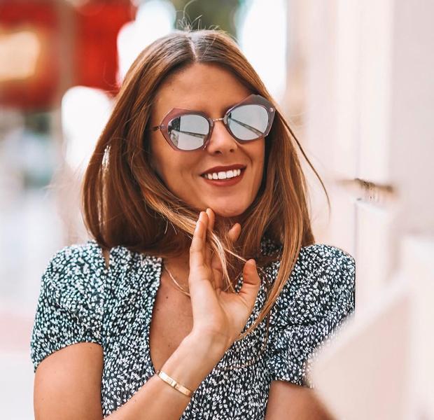 Natalia Coll con gafas de sol