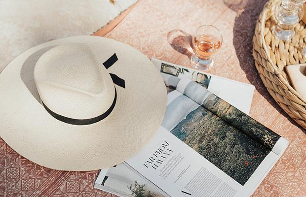 el sombrero de paja es uno de los accesorios del verano