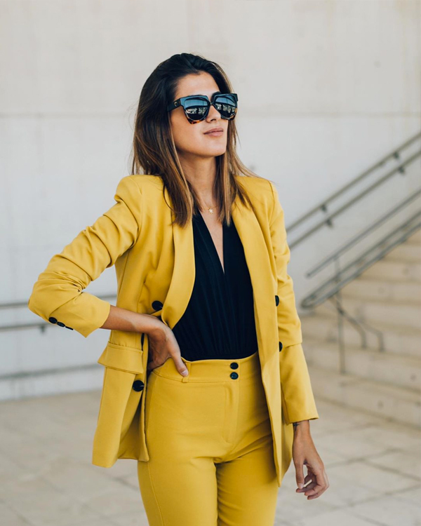 mery turiel con traje amarillo