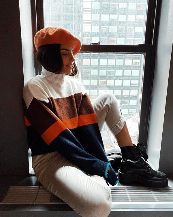 jersey de rayas multicolor y gorro marta soriano