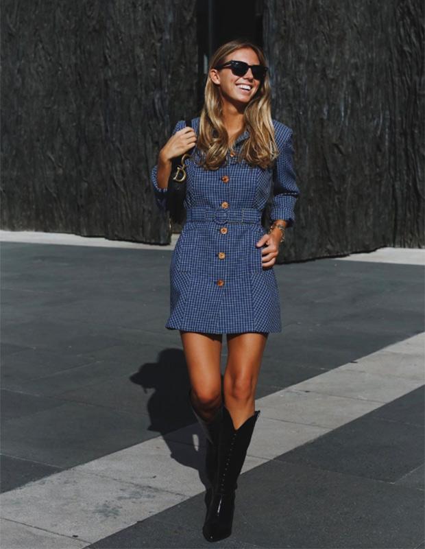 Lucía Bárcina con con vestido corto y botas altas