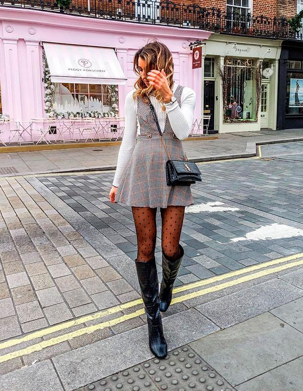 con vestido corto estilo pichi y botas altas