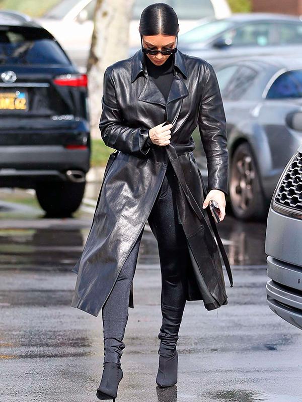 Kim Kardashian con abrigo de cuero
