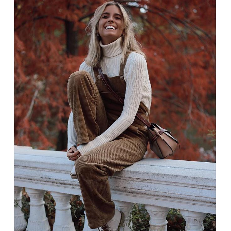 Paula Argüelles mono marrón de pana