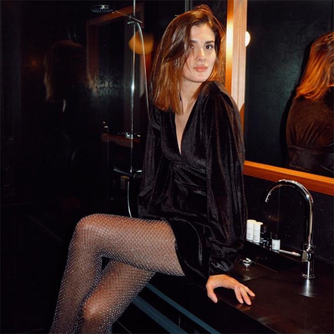 Look de Nochevieja con vestido negro