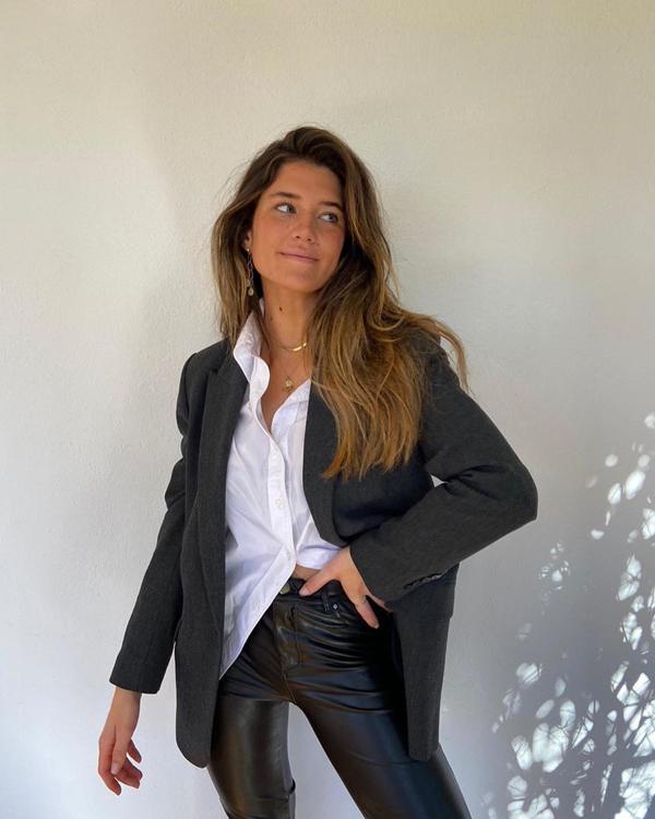 Camisa blanca con pantalones efecto cuero Marta Vidaurreta