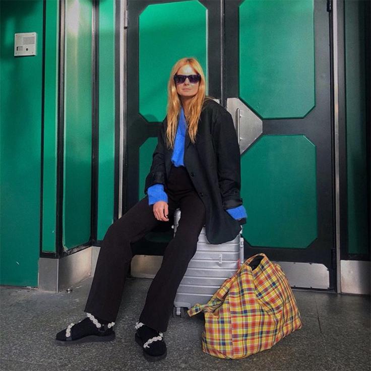 mafalda patricio con traje y bolso con estampado de cuadros