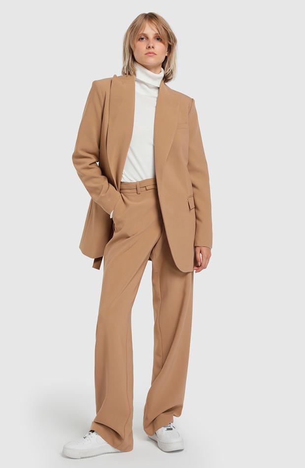 Traje pantalón en color beige de Fórmula joven, disponible en El Corte Ingles