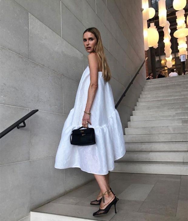Pernille Teisbaek con vestido blanco