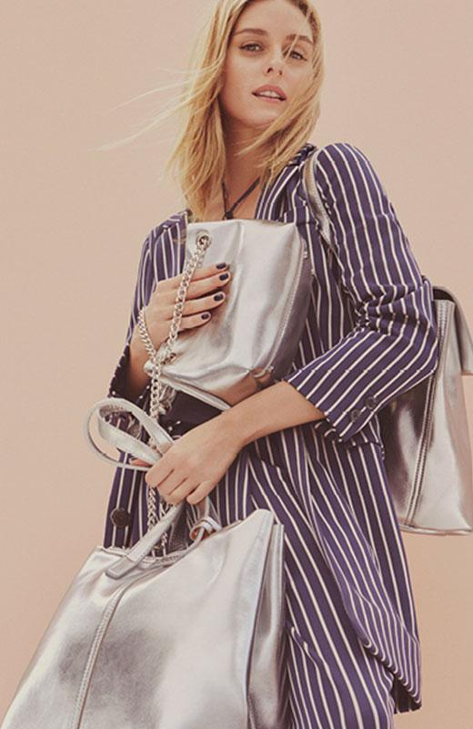 Olivia Palermo con bolsos plateados