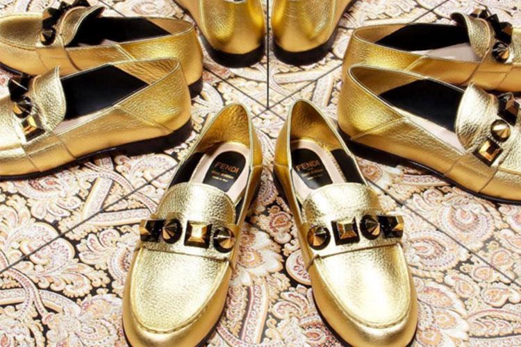 Mocasines dorados con piedra
