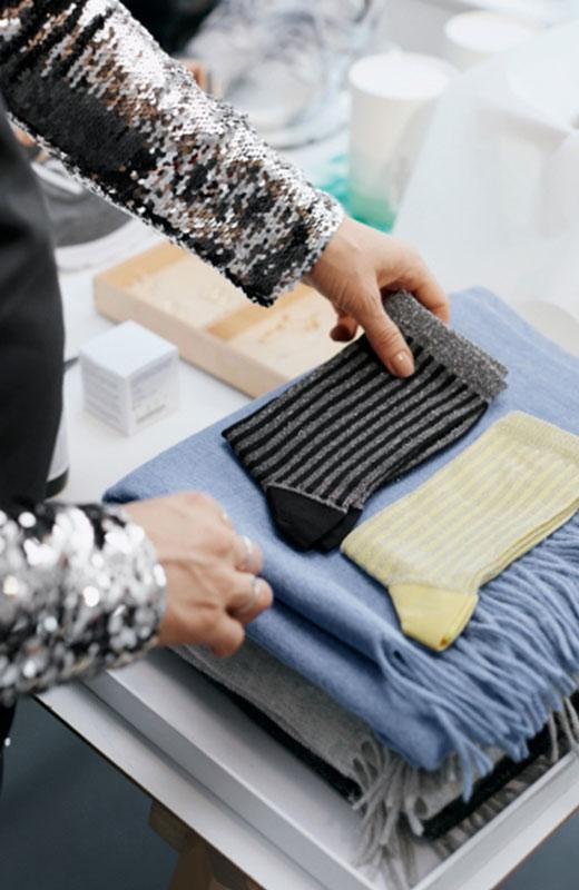 Pernille Teisbaek seleccionando calcetines