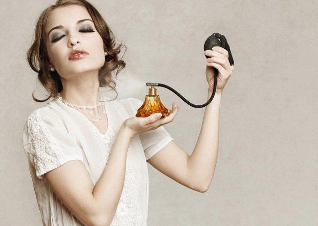 Cómo quitar las marcas de perfume de la ropa