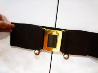 Cinturón con hebilla dorada