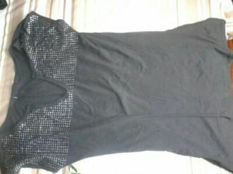 camisa negra con tachuelas