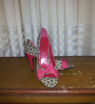 Zapatos estampado leopardo con lazo rojo