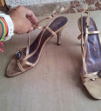 Zapatos dorados de tiritas