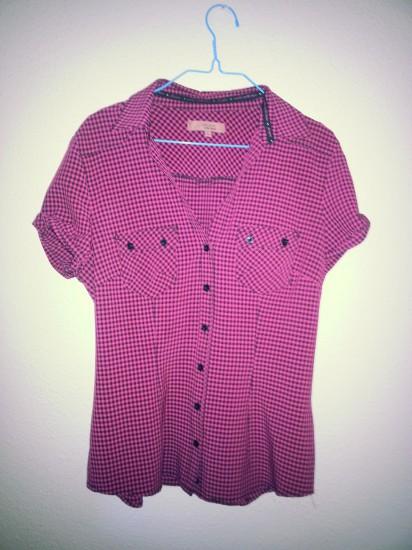Camiseta a cuadros rosa y negra