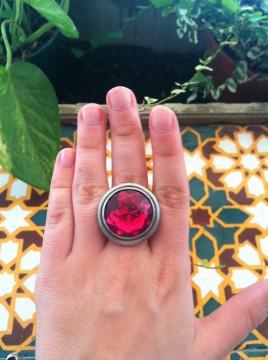 Anillo redondo, con piedra rosa. Precioso