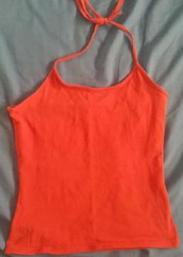 Camiseta naranja atada al cuello